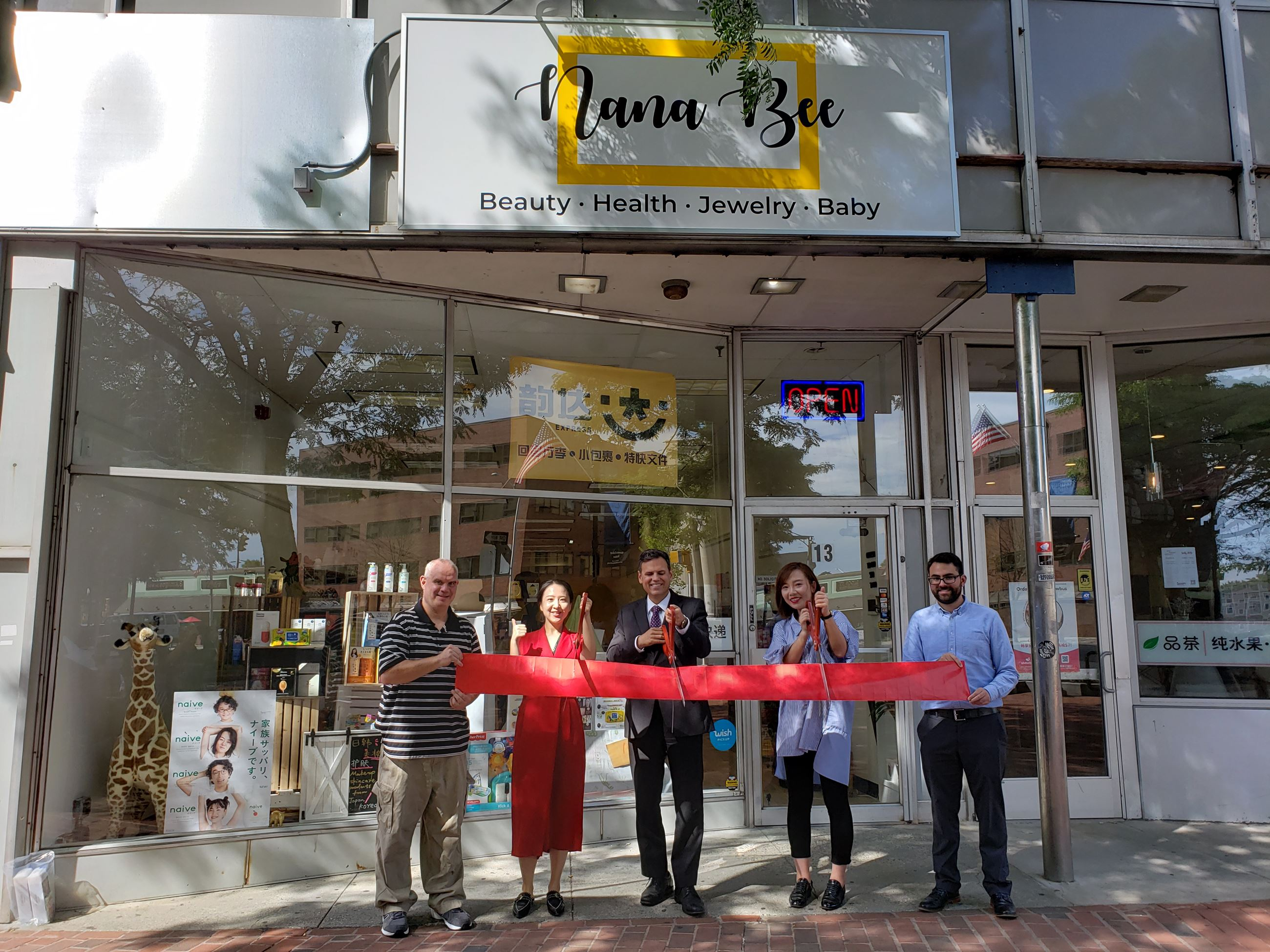 Nana Bee Ribbon Cutting (From left) Peter Caso, Jianing Wang, Mayor Gary Christenson, Owner Lei Xu,